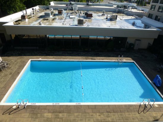 Holiday Inn Burlington: Outdoor pool