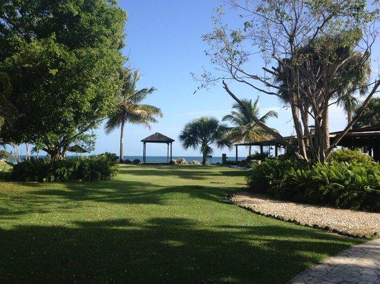 Villa Montana Beach Resort: Our walk to the restaurant