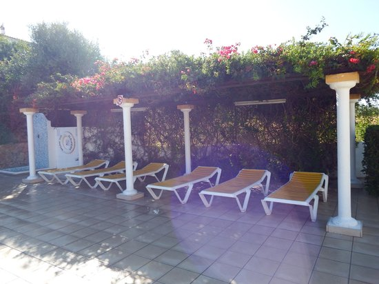 Balaia-Sol Holiday Club: Sunbed under cover by the pool