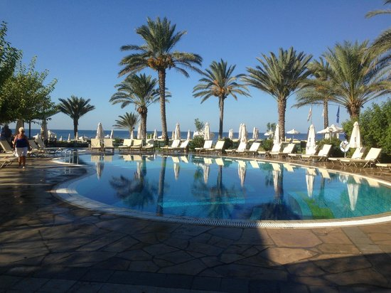 Constantinou Bros Athena Beach Hotel: Morning view from outdoor restaurant