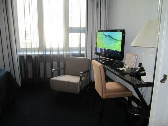 Hotel Fabian: Desk area, Room 304, Fabian Hotel
