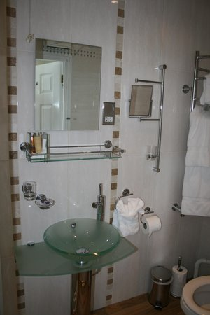 Atlantic House B & B: Kynance Shower Room
