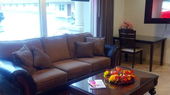 Pacer Inn and Suites: Lobby area with 46 inch flat screen tv