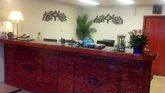 Pacer Inn and Suites: Lobby area/ Front Desk. Always super friendly!