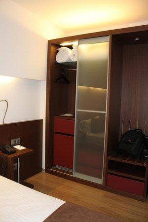 Ayre Hotel Gran Via: Schrank mit Safe und Minibar