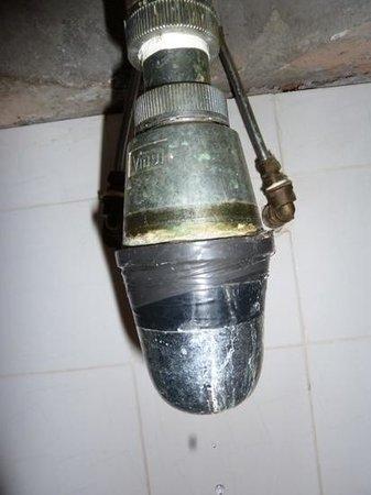 Shahzan Inn: Grosse fuite syphon du lavabo, colmaté avec du scotch !!!