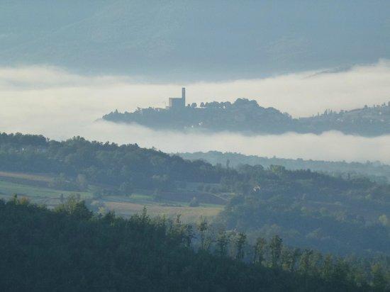 """Agriturismo Borgo Tramonte : il castello di Poppi """"emerge"""" dalle nebbie in prima mattina"""