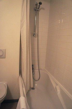 ResidHotel Galerie Tatry : バスルーム。電気が切れると暗闇になってしまいます。お風呂は貯めるとお湯がなくなります。お湯はすぐ抜けてしまいます。