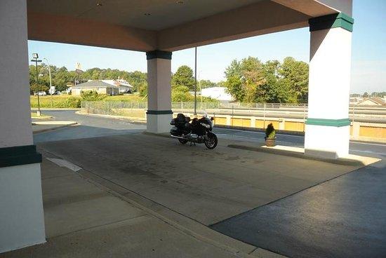 Quality Inn: Secure Bike Parking