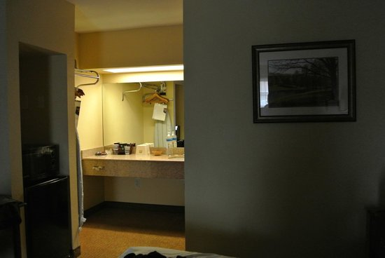 Econo Lodge: Sink in Room