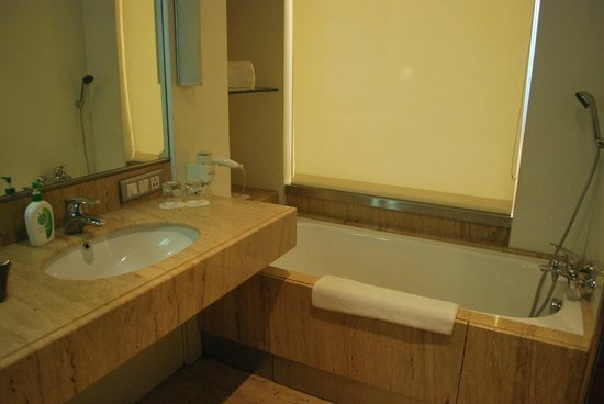 Mirage Hotel: Bathroom - with bath tub and other amenities