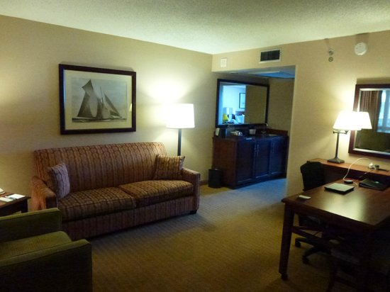 Embassy Suites by Hilton San Francisco Airport - South San Francisco: Room Lounge