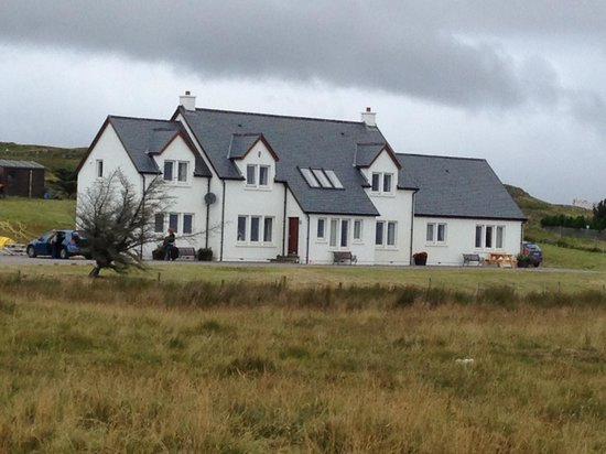 Beinn Edra House Bed & Breakfast: view of B&B from road, the other units are to left.