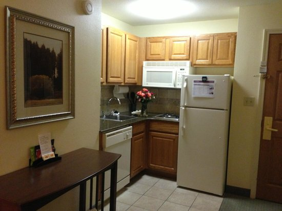 Staybridge Suites Tallahassee I-10 East: Kitchen Area
