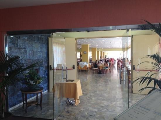 Hotel Natura Park: столовая. места бронировались  для отдельных групп, так что сесть утром и вечером было проблемат