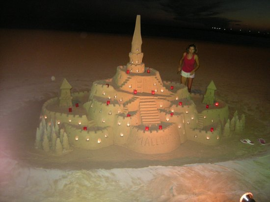 Hotel Playa: sand castle on the beach at night
