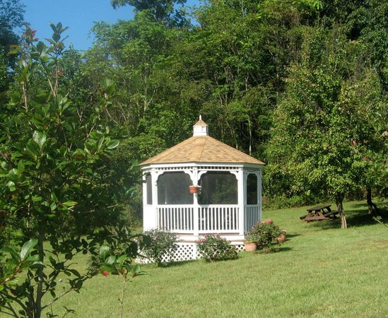 Harmony Hill Bed and Breakfast: Screened gazebo on property is lit at night.