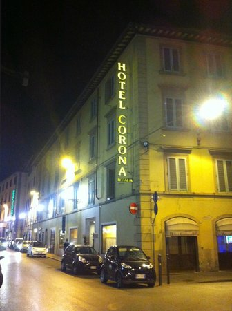 Hotel Corona D'Italia: The hotel at night showing the busy Via Nazionale
