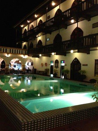Tembo House  Hotel & Apartments: patio vu de nuit