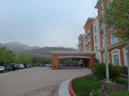 Embassy Suites by Hilton Valencia: Front of hotel