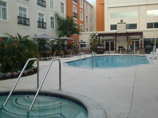 Embassy Suites by Hilton Valencia: Pool area