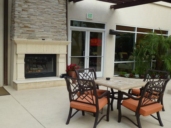 Embassy Suites by Hilton Valencia: Outside Seating area