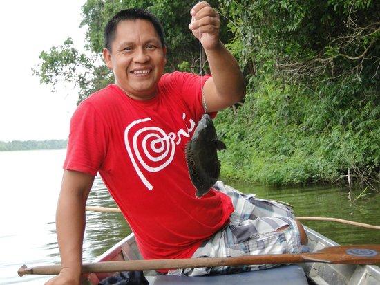 Muyuna Amazon Lodge : Our guide Carlos w/ piranha