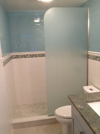 Secret Harbour Beach Resort: updated bathroom at Secret harbour
