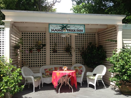 Mango Tree Inn: Pool cabana area