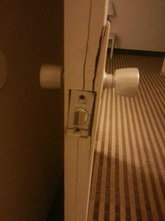 Quality Inn & Suites: damaged door