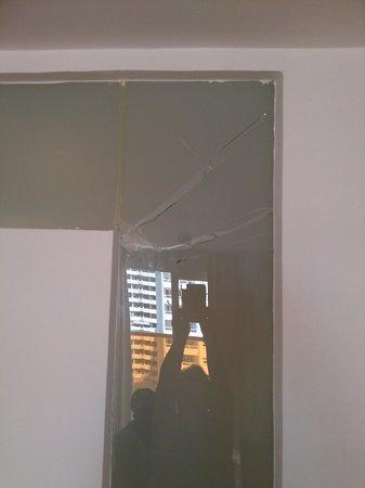 Dynastic Hotel : carreau opaque séparant la chambre à la sdb
