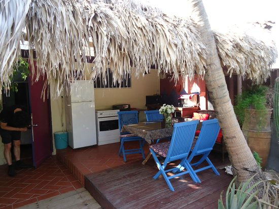 Beach House Aruba Apartments: outdoor kitchen