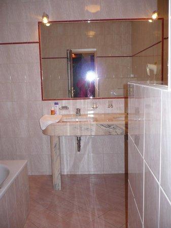 Hotel Belvedere: salle de bain chambre 15 E