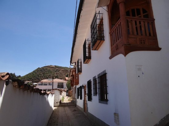 Quinua Villa Boutique: Alleyway side of the Quinua