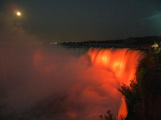 Niagara Falls: Taget om aftenen, med lysshow. Fantastisk flot