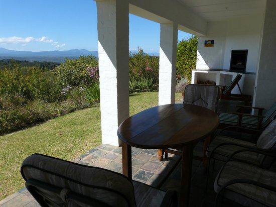Fynbos Ridge Country House & Cottages: Verandah with braai