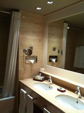 Mas de Torrent Hotel & Spa : Our bathroom, could be updated.