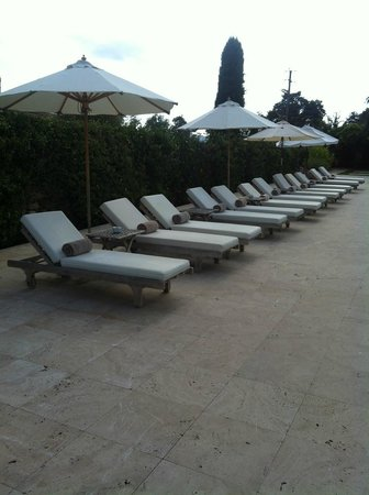 Mas de Torrent Hotel & Spa : Lounge chairs at the pool.