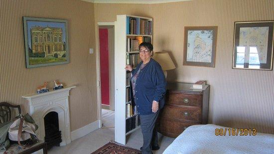 Clapton Manor: Secret passage to bathroom