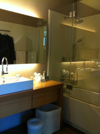 Hotel Omm: The bathroom, could have more lighting.