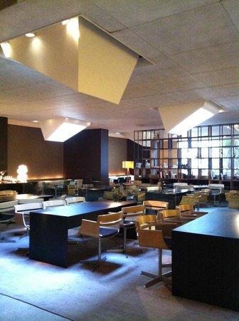 Hotel Omm: Breakfast eating area.