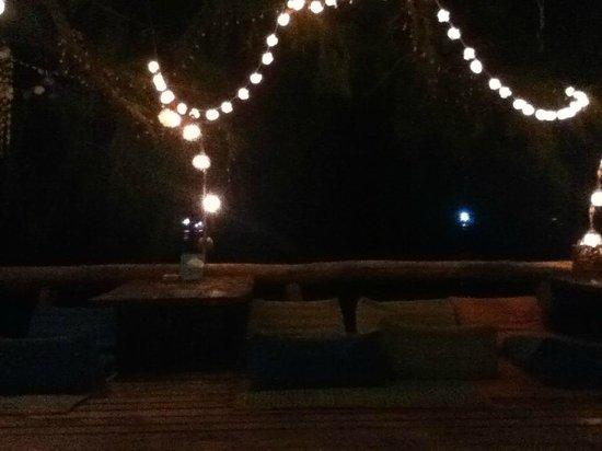 In Touch Resort & Restaurant: Terrasse le soir