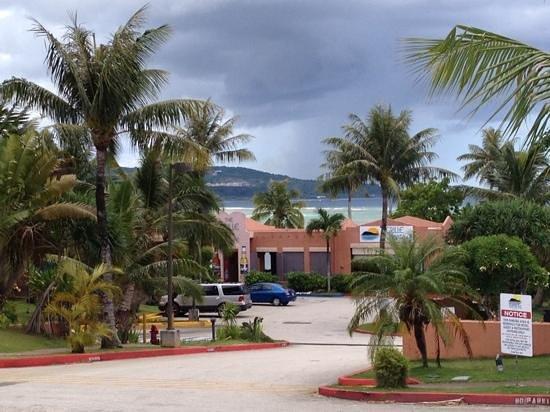 Hotel Santa Fe Guam: 夜のレストランも、金曜の夜は遅くまでライブをやってる時も