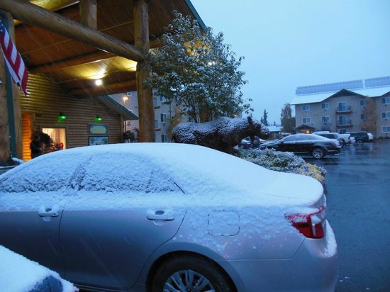 Pike's Waterfront Lodge : Fresh snow in front of hotel