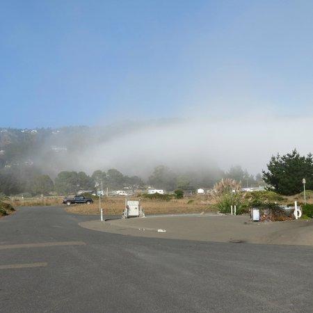 The Tides Inn of Shelter Cove: Fog settling in on Shelter Cove