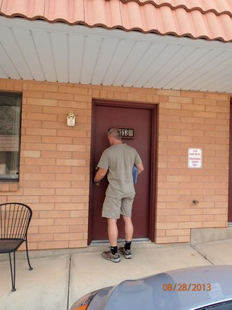 Zion Park Motel: Typical outside entry to room, parking right out front, 2 outdoor chairs at each room