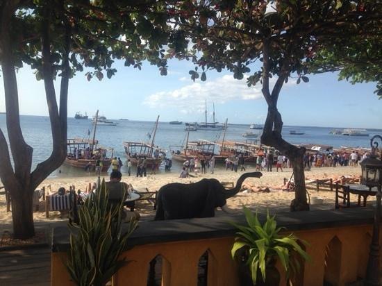 Tembo House  Hotel & Apartments: beach outside Tembo