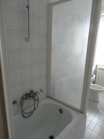 Hotel Palace: ванна видавшая виды, но чистая