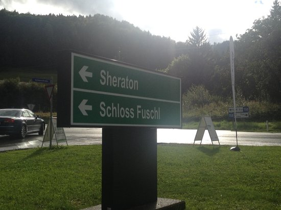 Sheraton Fuschlsee-Salzburg Hotel Jagdhof: Entrance from main road!