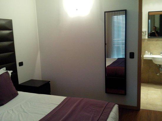 D-Place Aparthotel & Suite: 1 camera matrimoniale con bagno en suite.